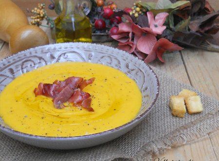 Vellutata di zucca e patate con speck croccante