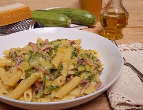 Pasta con zucchine e speck, cremosa senza burro e panna