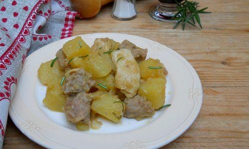 Spezzatino veloce con patate, pollo e salsiccia