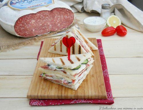Club sandwich con salame Bellafesta Light Clai, verdure fresche e salsa tzatziki
