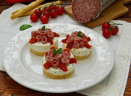Mini cheesecake con mousse di ricotta, salame Milano Clai e pomodorini confit