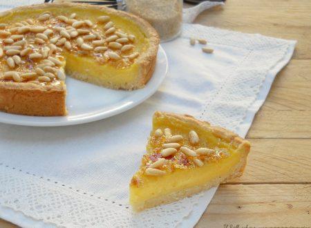 Torta della nonna con crema caramellata e pinoli