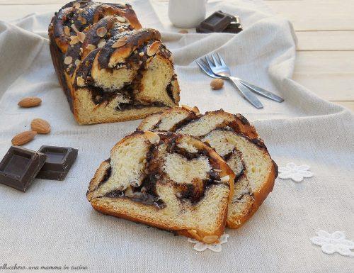 Babka, pan brioche con cioccolato fondente e mandorle