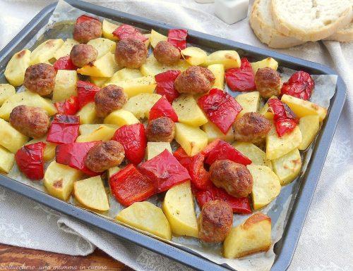 Patate con peperoni e salsiccia al forno
