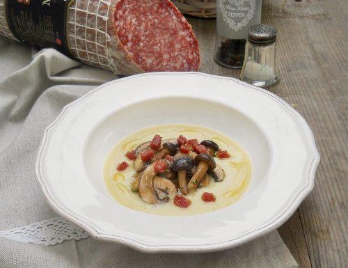 Crema di patate con funghi trifolati e bruciatini di Salame Milano Clai