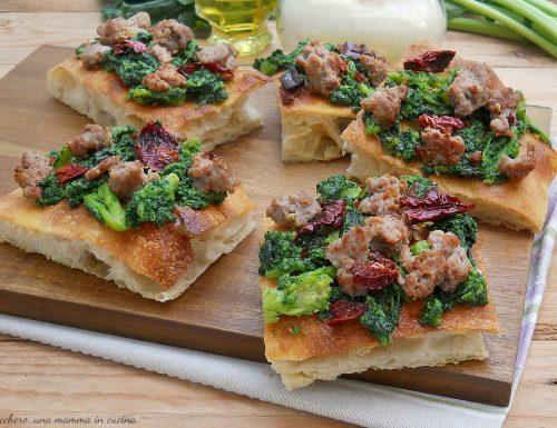 Pizza bianca con cime di rapa ripassate, salsiccia e peperoni cruschi di Senise
