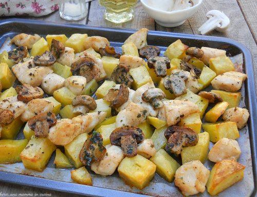 Bocconcini di pollo al forno con funghi e patate