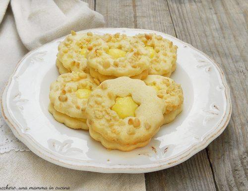 Biscotti della nonna con crema e pinoli