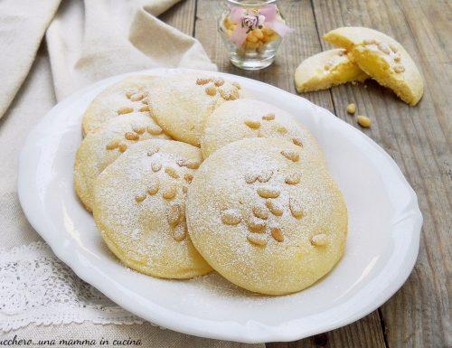 Frollini della nonna con crema pasticcera e pinoli