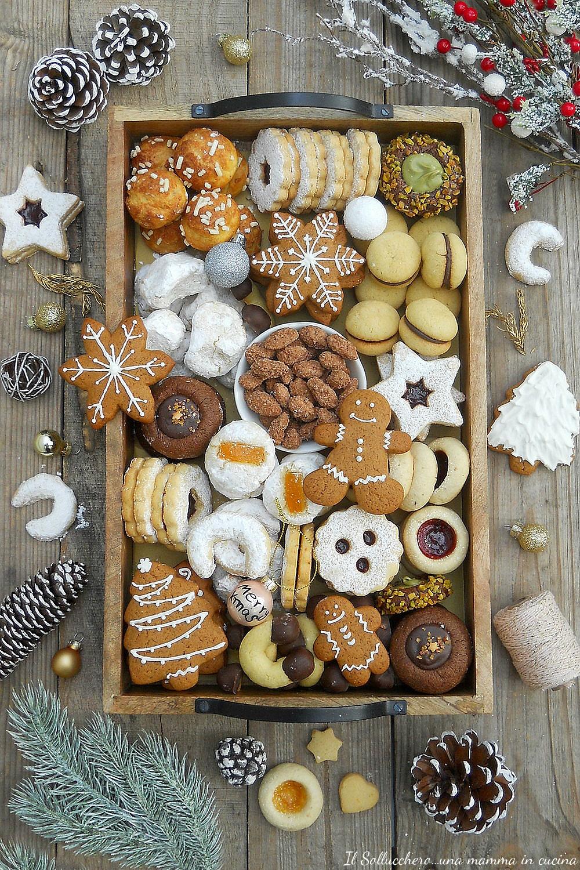scatola di biscotti natalizia