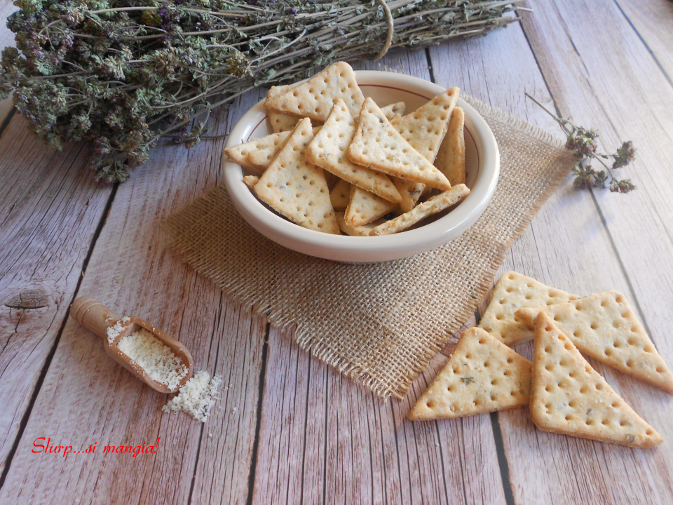 Triangoli di frolla al formaggio e origano