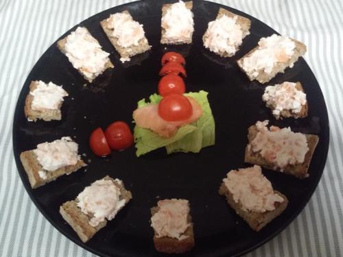 Crostini di pane integrale con robiola e salmone