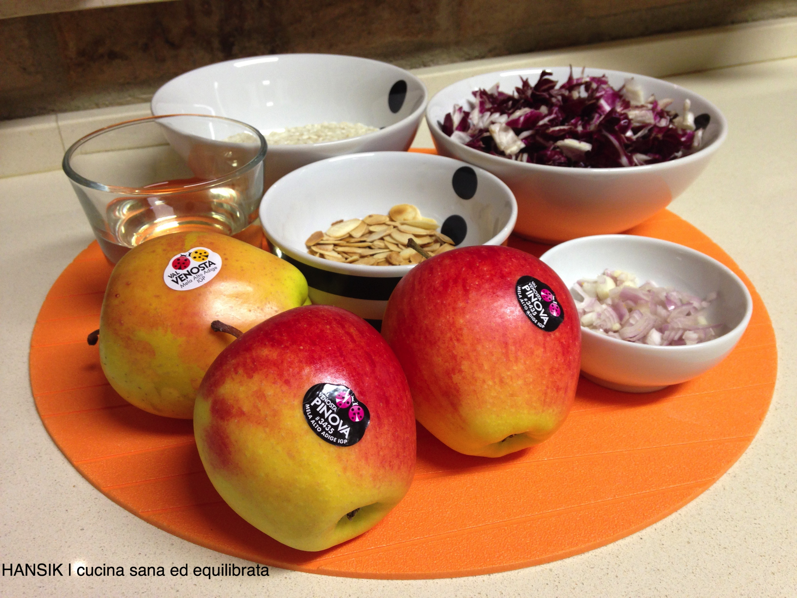 Risotto al radicchio rosso e mele con mandorle tostate