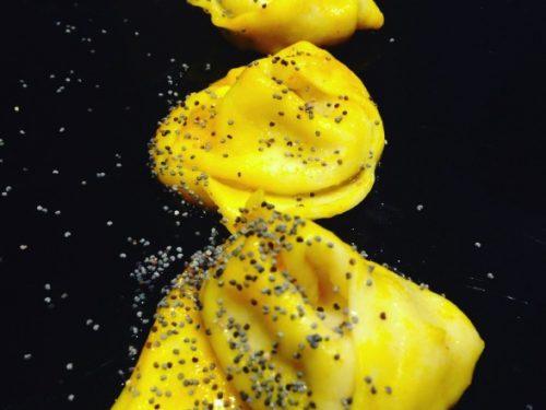 Cappellacci alle pere con burro allo zafferano e semi di papavero
