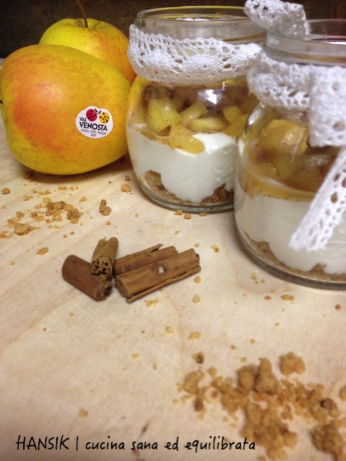 Mousse allo yogurt, mele e crumble alle mandorle e cannella