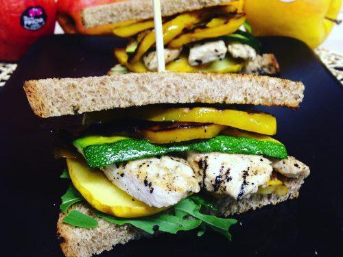 Chicken grilled sandwich: sandwich con pollo, mele e verdure grigliate