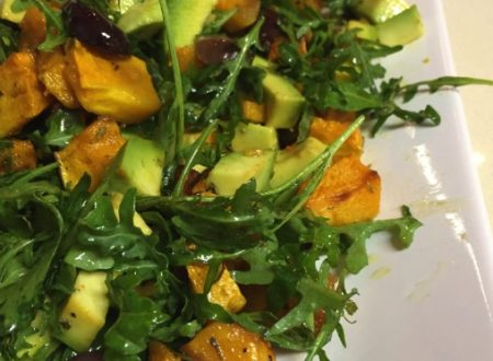 Insalata di zucca, avocado, rucola e olive