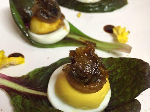 Radicchi, uova sode e cipolla caramellata