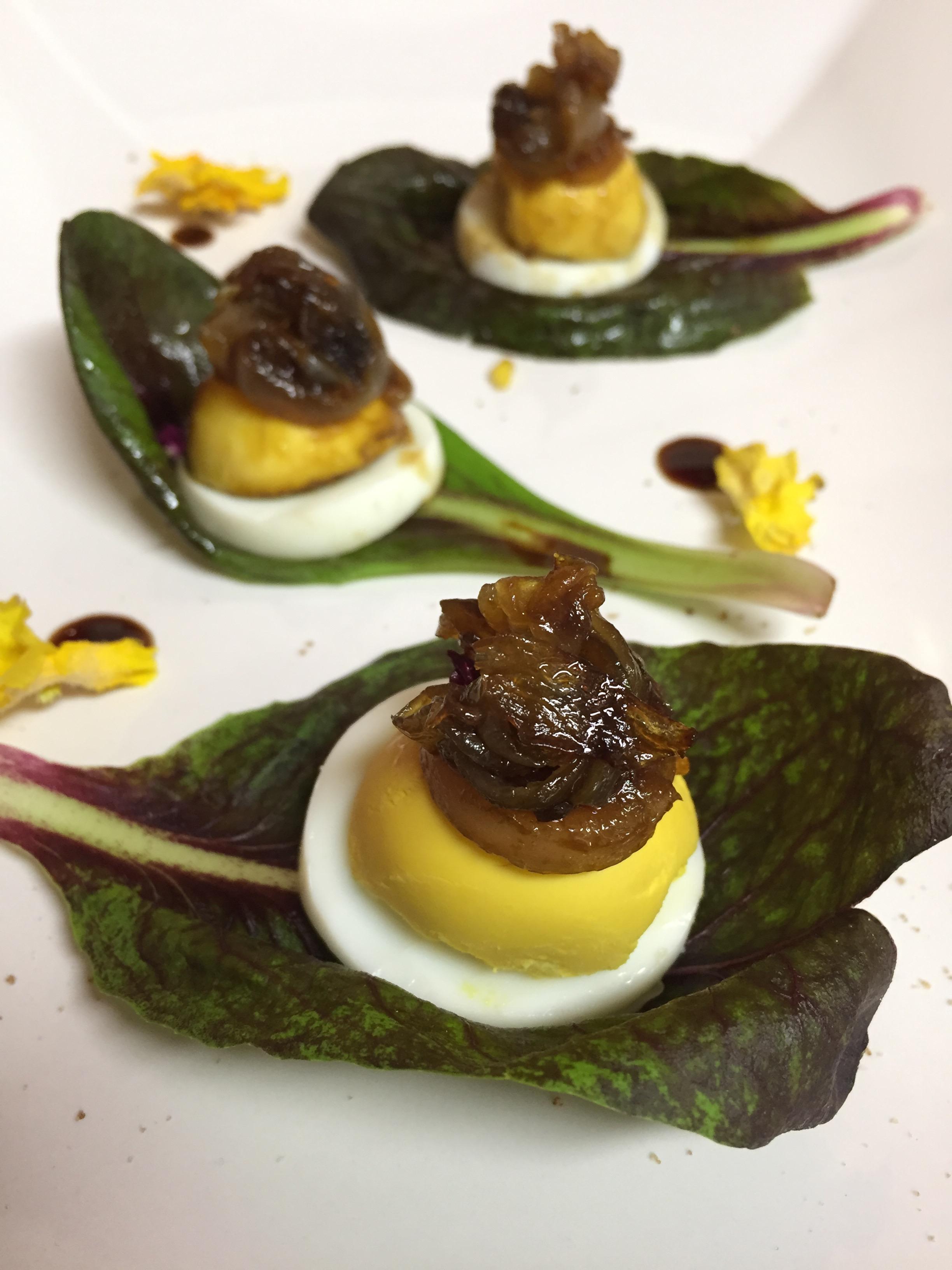 radicchio, uovo sodo e cipolla caramellata