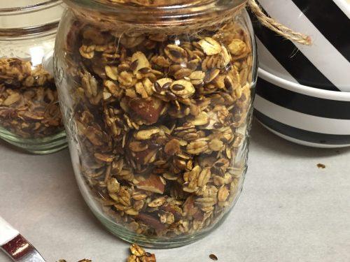 Granola fatta in casa di mandorle e semi di lino