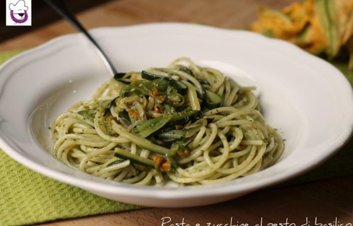 Pasta e zucchine al pesto di basilico