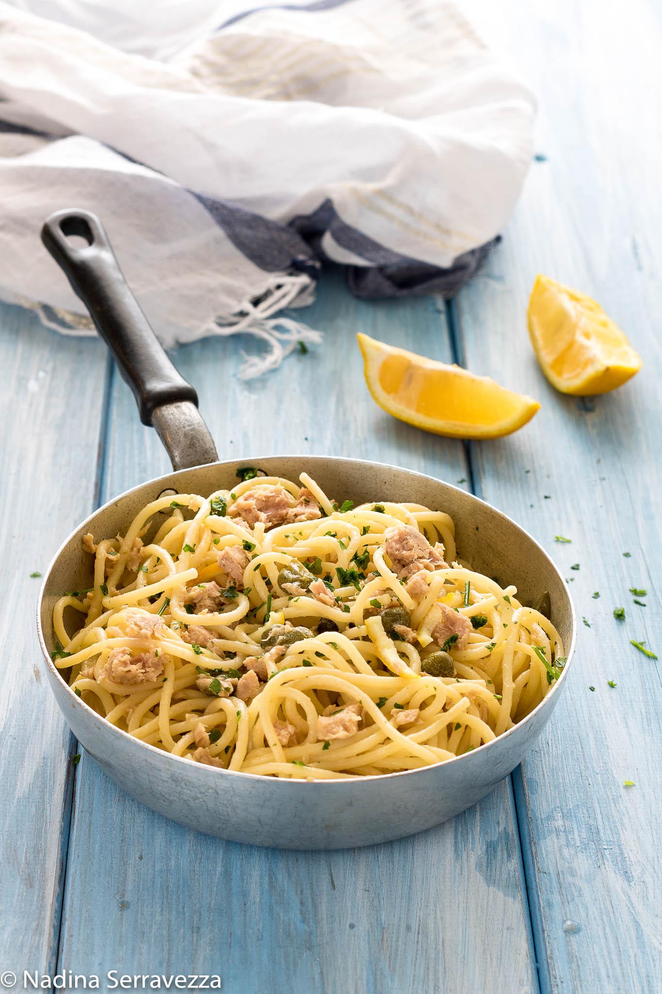 Spaghetti, tonno, limone e capperi