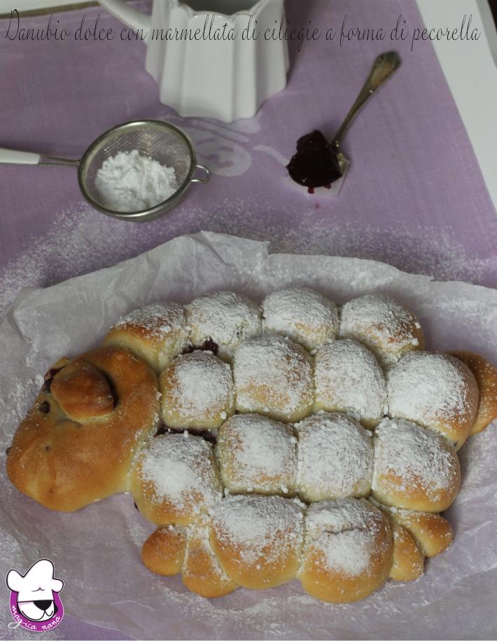 Danubio dolce con marmellata di ciliegie a forma di pecorella 2