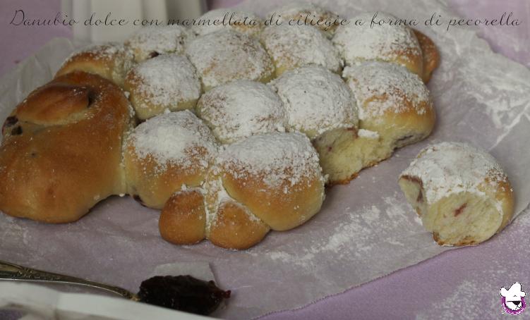 Danubio dolce con marmellata di ciliegie a forma di pecorella 3