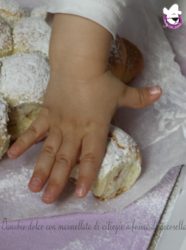Danubio dolce con marmellata di ciliegie a forma di pecorella 4