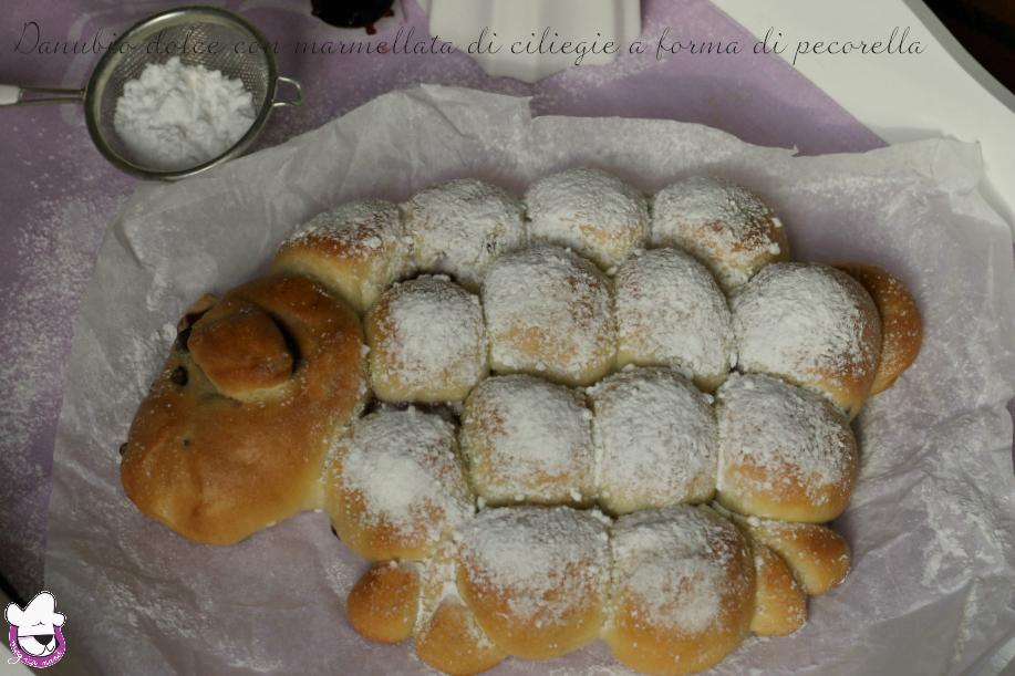 Danubio dolce con marmellata di ciliegie a forma di pecorella finale