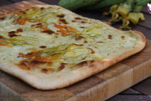 Pizza in teglia con stracchino, pesto e fiori di zucca