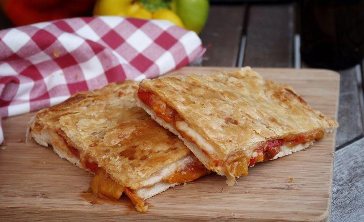 Pizza parigina con peperoni arrostiti e mozzarella