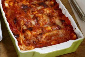 Cannelloni ricotta e spinaci al sugo, ricetta mamma Pina