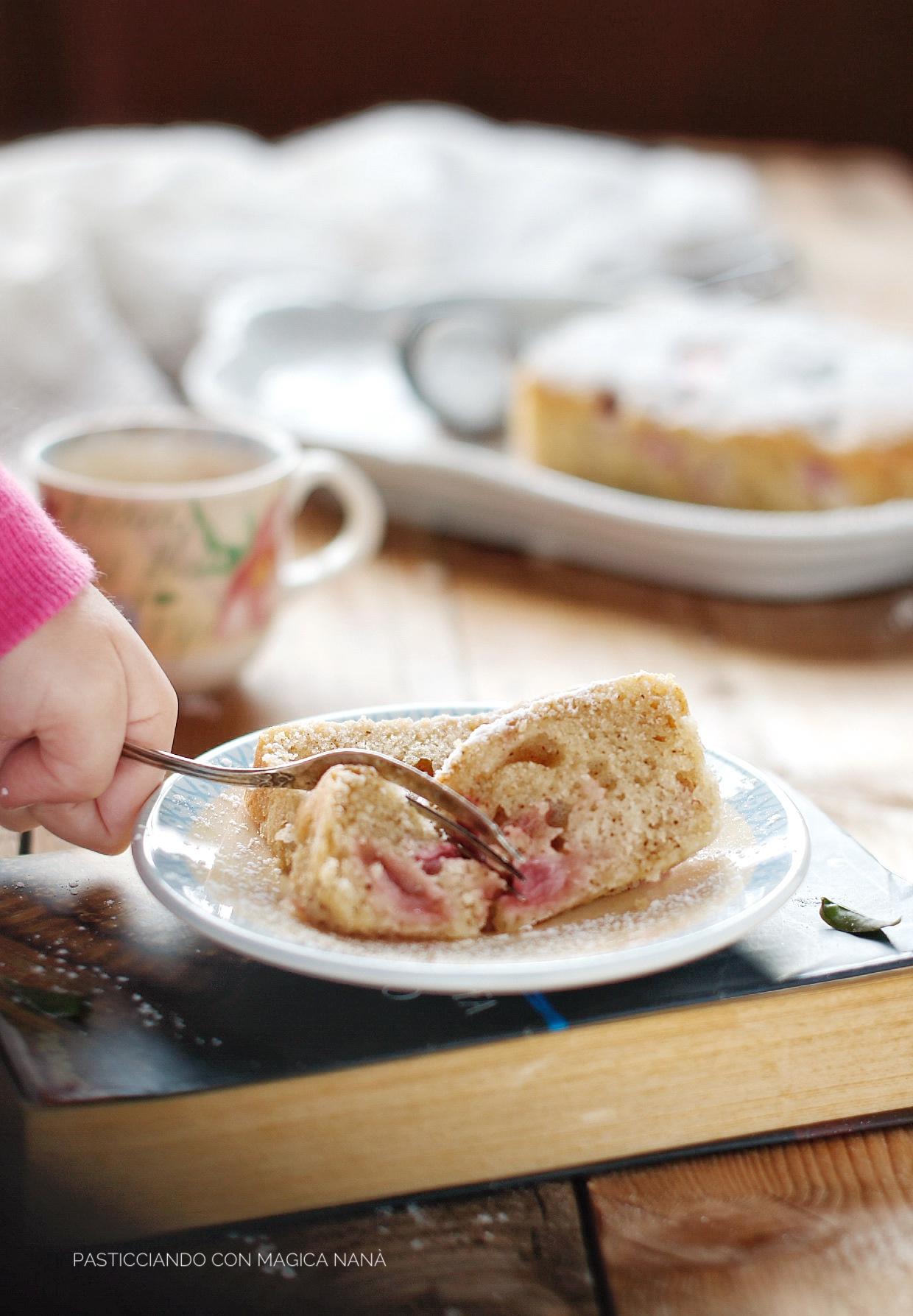 Plumcake al latte caldo con vaniglia e fragole