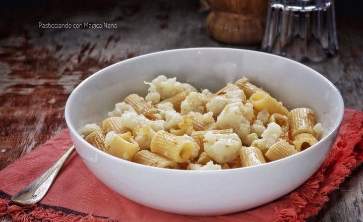 Pasta con il cavolfiore e mollica fritta, ricetta vegana