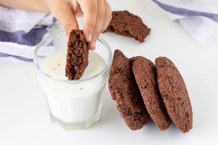 Biscotti al cacao e frutti rossi