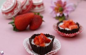 Cestini di cioccolato fondente con budino alla vaniglia e fragole