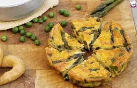 Frittata al forno con asparagi, piselli e scamorza