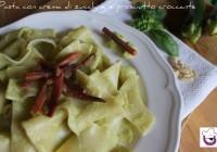 Straccetti con crema di zucchine e prosciutto croccante