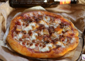 Pizza con salsiccia e funghi e birra chiara d'abbazia