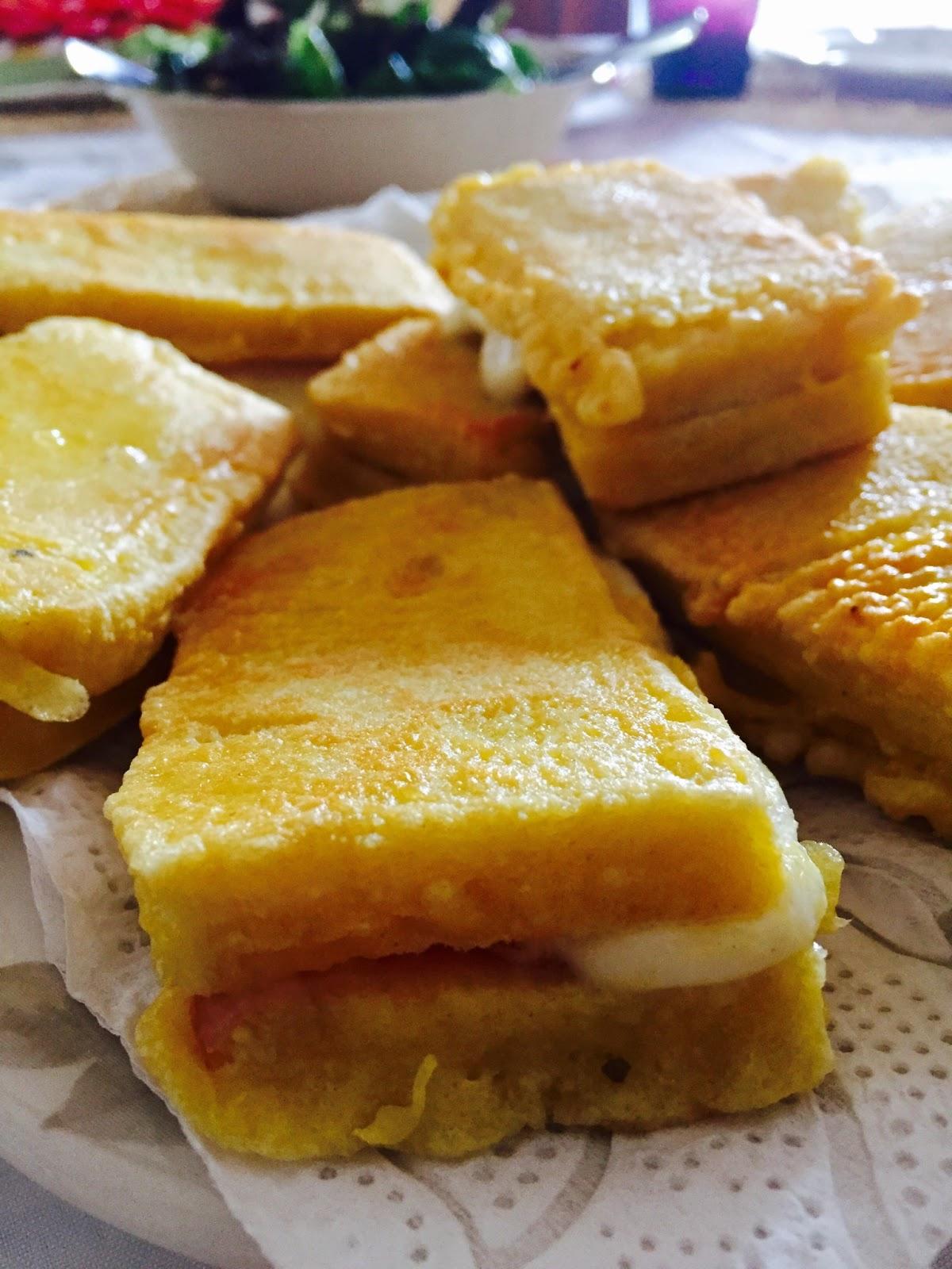 Passate i Sandwich nella pastella in questo modo non uscir la mozzarella durante la cottura e frig eli in abbondante olio caldo