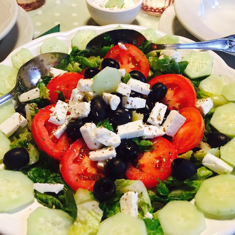 Insalata greca con salsa Tzatziki