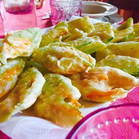 Zucchine e fiori di zucca pastellati