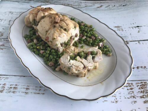 Rotolo di pollo con piselli, pancetta e uova sode