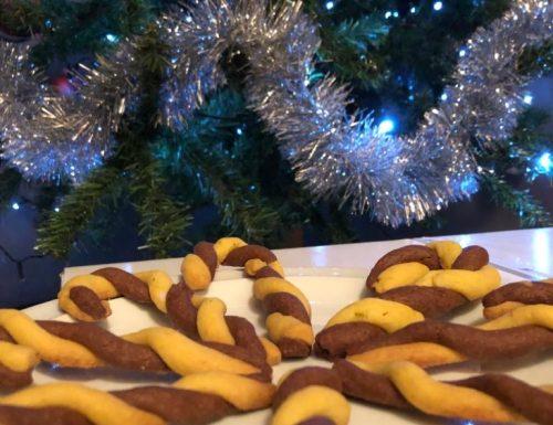 Bastoncini di biscotti bicolore.