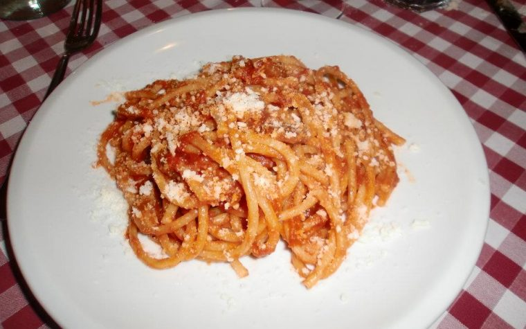 Bucatini all' amatriciana con pecorino romano