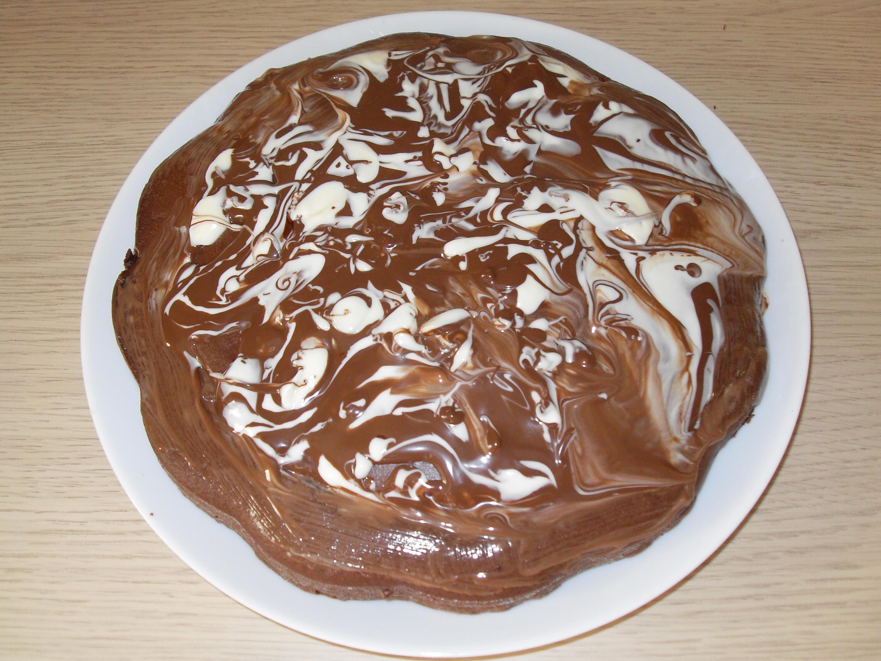 Festa della mamma: prepariamo la torta al cacao con glassa al cioccolato bianco e nero