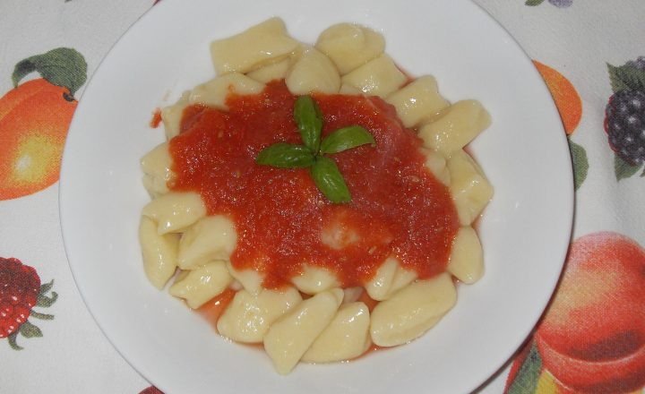 Gnocchi di patate fatti in casa con pomodoro fresco