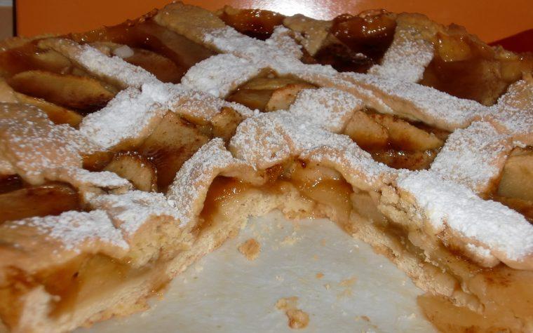 Crostata con marmellata di albicocca e mele