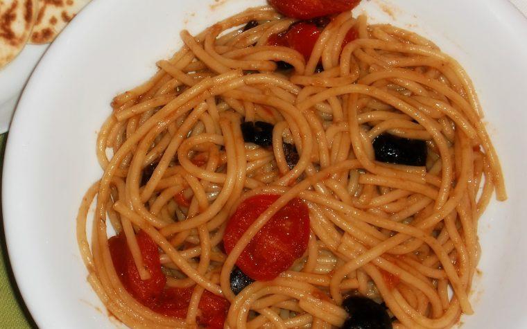 Spaghettata con pomodorini, olive nere taggiasche ed alici piccanti